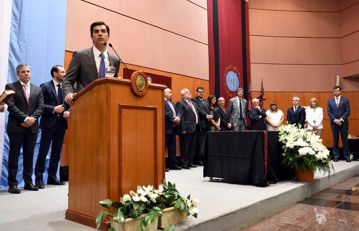 """Juan Manuel Urtubey tomó juramento a los seis nuevos ministros que se integran a un equipo """"de servidores públicos"""". A ellos les indicó que """"necesitamos ser más eficientes que nunca, mejorar la asignación de recursos y fundamentalmente austeridad en la gestión"""". Los nuevos integrantes del Gabinete reforzarán el trabajo iniciado en 2007 y que logró una """"transformación histórica en Salta, pero que aún tiene muchos desafíos pendientes"""", dijo el Gobernador"""