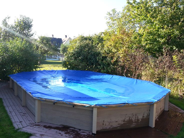 Piscina decagonal alongada (Naturalis 03) em betão com estrutura exterior com aspeto de madeira.