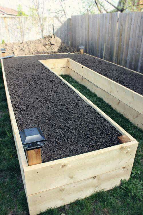 I really like the set-up of this raised bed.