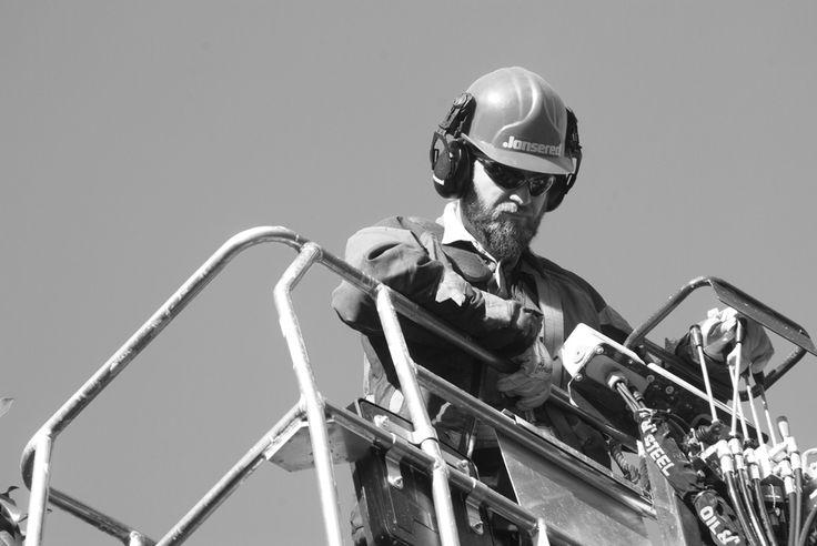 Enrico manovra il carrello che lo riporta a terra dopo una potatura. www.coopagridea.org