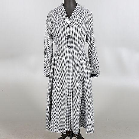 """Pepitarutig kappa i modell """"Alva"""" från LaBelle Modell, 1940/50-tal."""