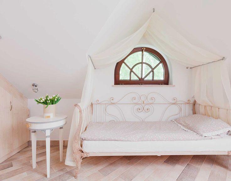 Белоснежная спальня с кованой кроватью и балдахином: купить всё необходимое и получить консультацию дизайнера вы можете в Центре дизайна и интерьера 'ЭКСПОСТРОЙ на Нахимовском'