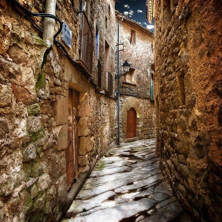 Orta Çağ'dan kalma bir sokak.. Katalonya, İspanya