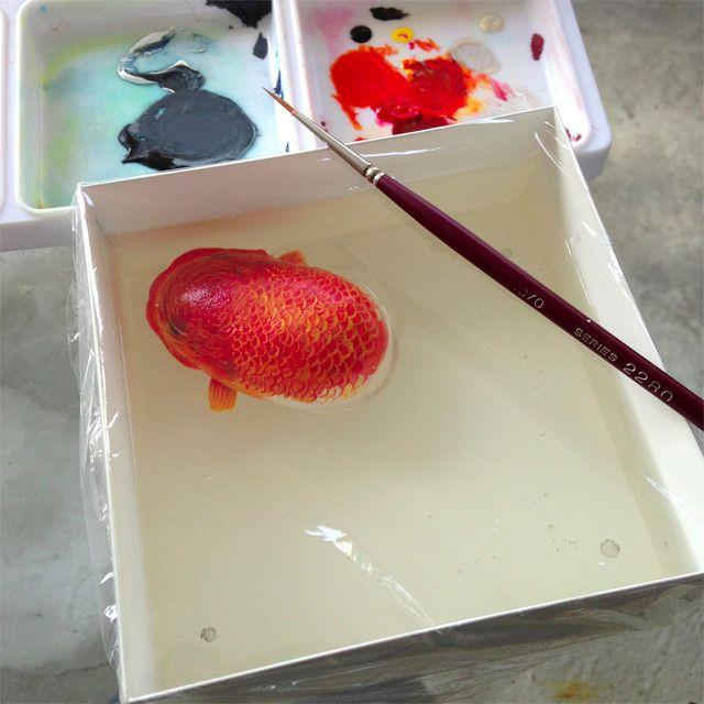 """Keng Lye crea animales que, gracias a la utilización de pintura acrílica y resina, podrían pasar por peces reales. Para lograrlo emplea algunos objetos como rocas o caparazones que sirven para dar un efecto 3D a sus obras; tal es el caso de """"La tortuga"""": obra en la que usó un caparazón real y así …"""