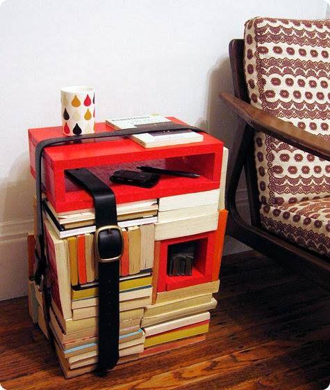 Un'idea per creare un #comodino: usare dei vecchi #libri e dei #cubi di legno, magari colorati, fissati con delle cinture.  Ecco il risultato, un originalissimo #Librotavolino.