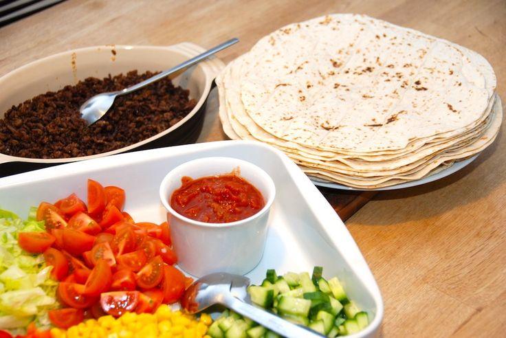 Opskrift på mexicanske pandekager, der fyldes med hakket oksekød og masser af tomat, majs, agurk, peberfrugt og iceberg salat. Mexicanske pandekager (tortillas) er en nem aftensmad, der kan variere…