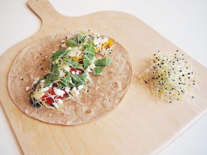 Deze vega wrap met hummus en feta is makkelijk te maken en heel gezond. Heerlijk als tussendoortje of als lunchgerecht.