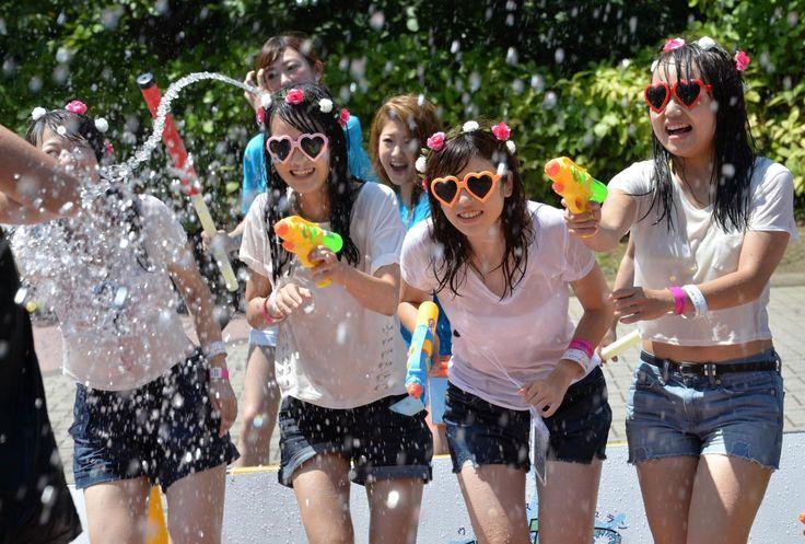 23.08 Ces jeunes filles japonaises s'amusent lors du Water Splash Run dans un parc à Yokohama. Cet événement organisé sur deux jours a attiré 12'000 personnes.Photo: Yoshikazu Tsuno