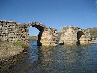 PUENTE DE ALCONÉTAR, Garrovillas, Cáceres. Puente romano sobre el río Tajo. Es uno de los puentes en arco segmentales, más antiguos del mundo. Sus restos están considerados monumento. Su construcción se atribuye al arquitecto del emperador Trajano, Apolodoro de Damasco. Longitud 290M / Ancho 6.55-6.80M / Altura mín 12.50M / Material Piedra, Hormigón romano