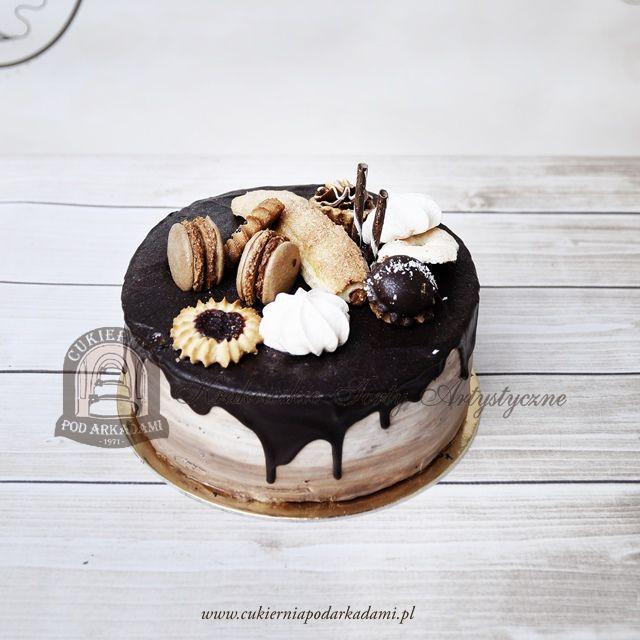 198BA Cieniowany tort z czekoladową polewą udekorowany ciastkami.  Cake with a chocolate topping decorated with cookies.