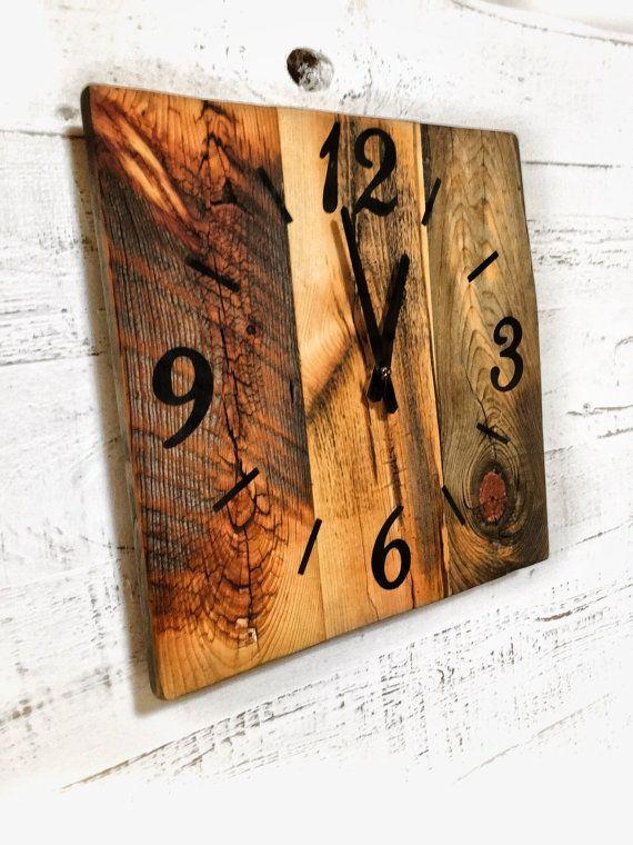 Ce mur de bois de grange horloge sera un complément et maison de Style rustique. Chaque pièce de bois de grange récupéré est tout à fait unique avec ses propres caractéristiques: nail des trous, des fissures, des encoches et hache marques. Cette horloge est fabriquée sur commande