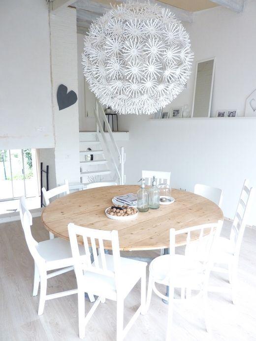 mooie ronde tafel, leuk met verschillende witte stoelen