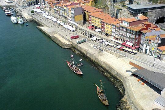J'y suis allée ! PORTUGAL - Une balade sur leDouroest un excellent moyen de découvrir la ville et sa région. En partant des quais de Ribeira, vous pourrez contempler les édifices emblématiques de la ville comme les Ponts D. Luis etMaria Pia, ou encore les maisons colorées du quartier historique.
