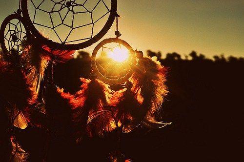 Apanhadores de sonhos são uma herança da cultura nativa norte-americana. Sua origem está ligada ao povo Objiwã, como forma de explicar a sabedoria natural dando a natureza o papel de grande …