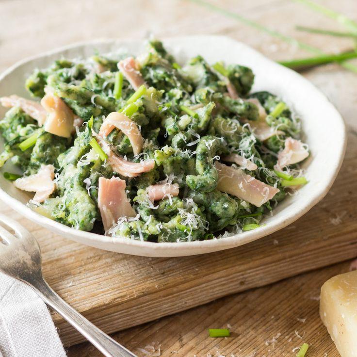 Dank Spinat kommen die Spätzle heute mal in schicken Grün daher. So isst man sie nicht nur in Südtirol als Beilage oder Hauptgericht besonders gern.