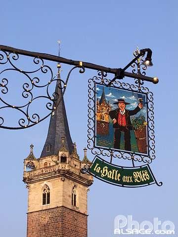 Enseigne de la Halle aux Bles et clocher de l'ancienne chapelle Notre-Dame (Kapellturm), Obernai, Bas-Rhin (67)