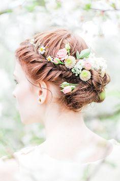 Sommerliche Blumenkränze für die Braut | Friedatheres.com Blumenkranz Braut orange / flower crown coral Foto: Anja Schneemann