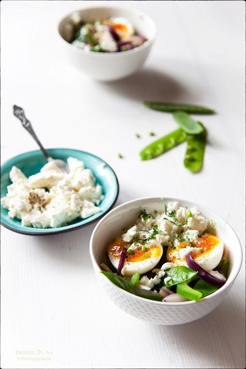 Теплый салат с зелеными овощами, яйцом и сыром.