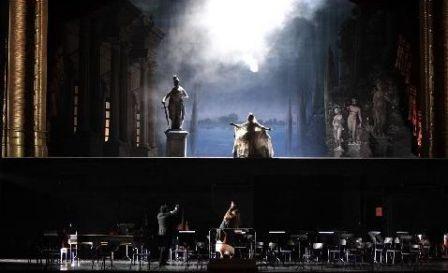 Les contes d'Hoffmann, mise en scène Robert Carsen. Opéra de Paris .