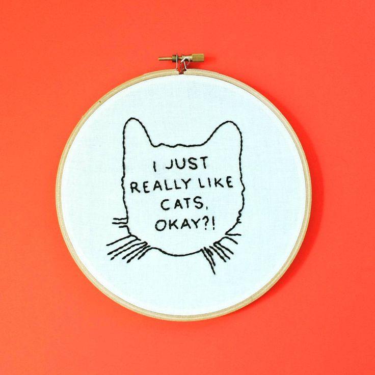 Eu apenas gosto muito de gatos, ok? * * * #cats #cat #embroidery #handembroidery #embroideryhoop #bordado #bordadolivre #artesanato #bordadoamao #arte #handmade #decoraçao #decor #feitoamao #compredequemfaz #quadro #quarto #casa #sala #meuape #minhacasa #vintage #retro #noivos #casamento #namoro #presente #gift