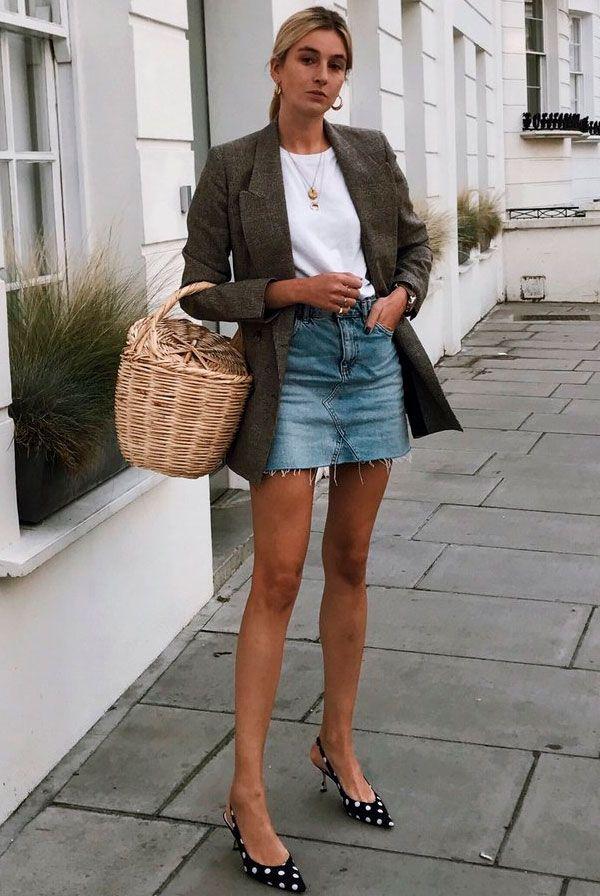 Uma boa saia jeans vai durar para sempre e é uma super peça que vai com tudo, assim como sua irmã mais velha, a calça jeans. Combine com camiseta branca, blazer e kitten heels para um look mais arrumado.