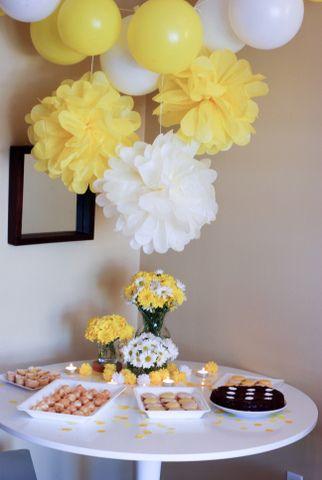 Mesa de postres decorada con pompones, globos de látex, flores y velas. Bonita y sencilla.