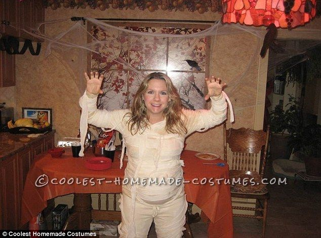 Halloween costume ideas for pregnant women- Mummy