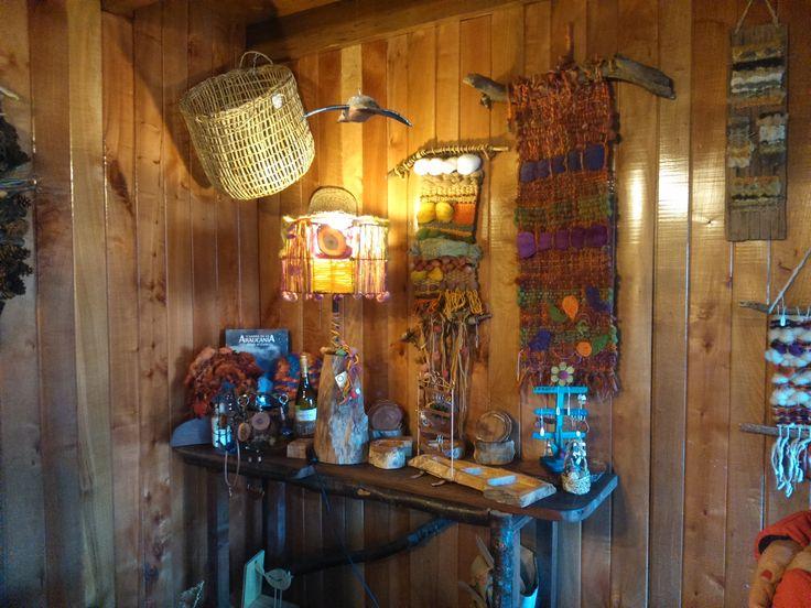 Productos de Cariños del Sur en muestra Hotel y Restaurant Nalcas, Malalcahuello, Región de la Araucanía, Chile.  Lámpara picoyo, fierro y lana de oveja