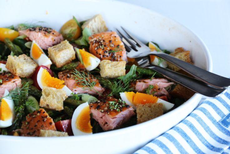 Salat med varmrøkt laks, egg og krutonger