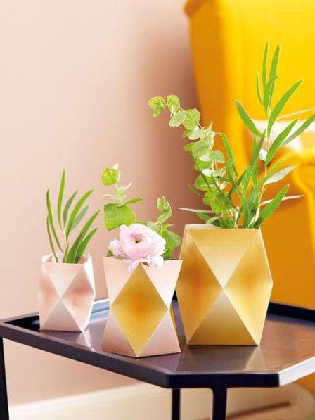 Geometrische Formen liegen gerade voll im Trend! Wir zeigen Ihnen, wie einfach Sie diese wunderschönen Vasen selbst basteln können.
