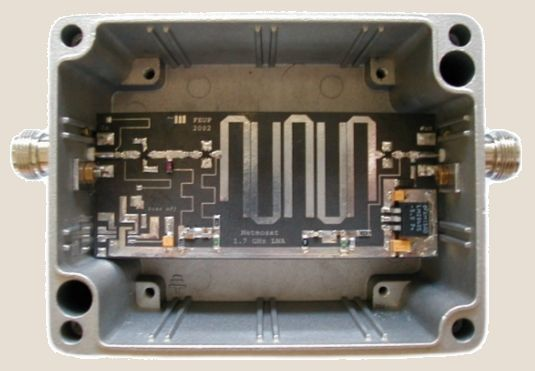 SiGe MMIC LNA with integrated microstrip bandpass filter