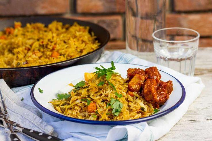 Recept voor nasi rames voor 4 personen. Met zonnebloemolie, zout, peper, ei, rijst, varkensfiletlapje, nasi/bamigroente, ketjap manis, gepelde tomaten, knoflook en sambal