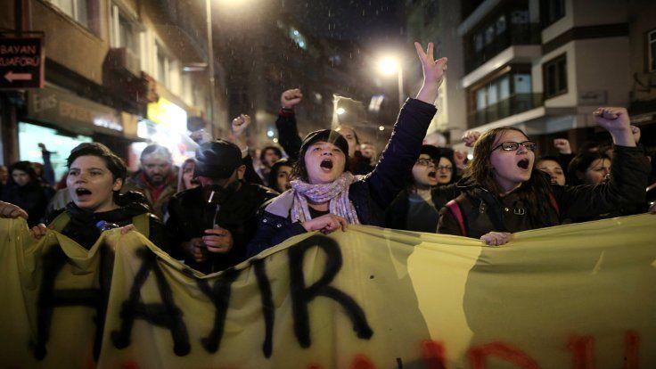 Almanya Dışişleri Bakanlığı, vatandaşlarından gösterilerden uzak durmasını istedi.