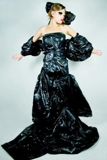 Afbeeldingsresultaat voor kleding van vuilniszakken