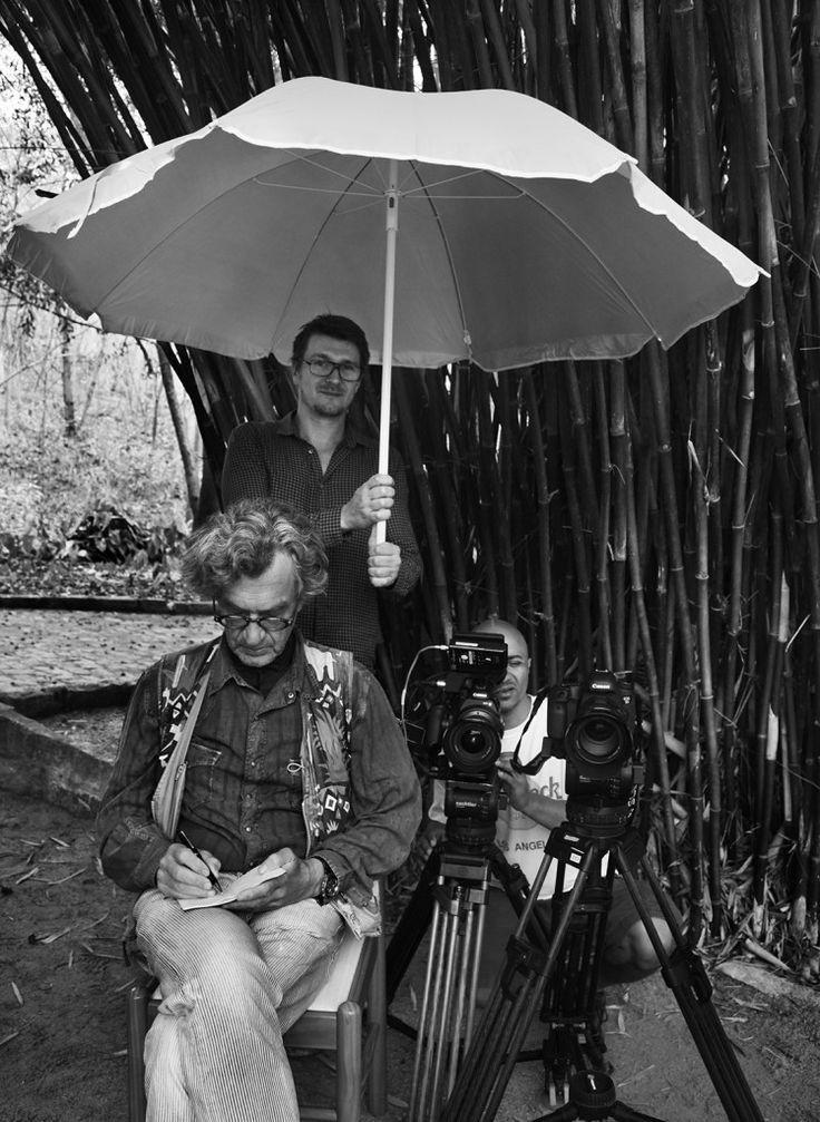 薩爾加多在紀錄片拍攝之時,常會拿起相機拍起工作人員。(圖/ Sebastião Salgado)
