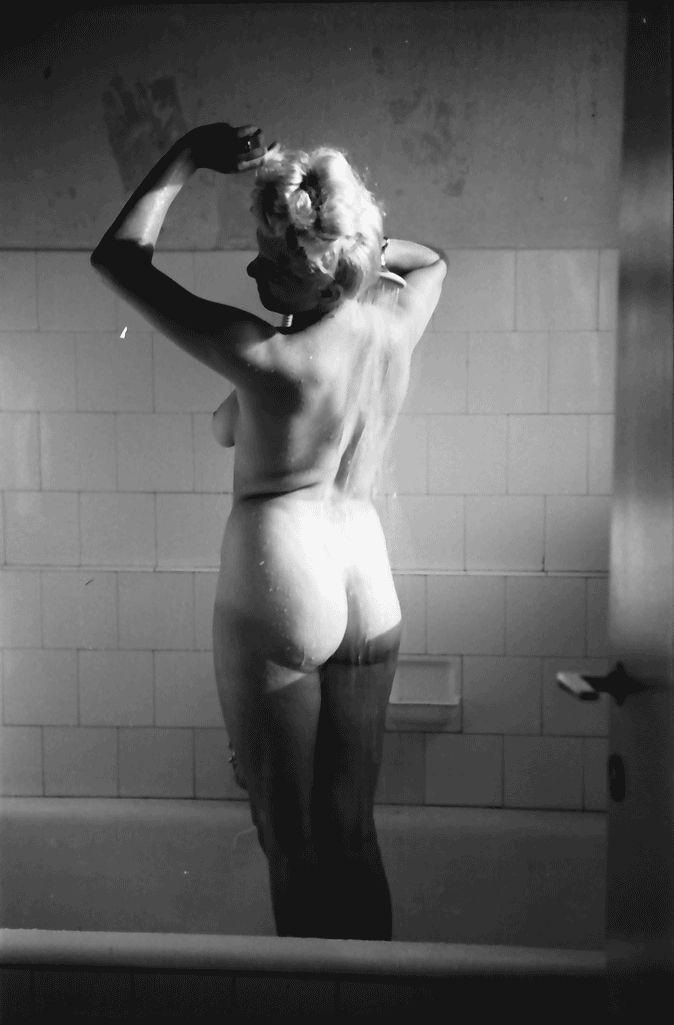 26Bukarest. [Hotel] Lido.Hilda Sando im Bad.05.1941