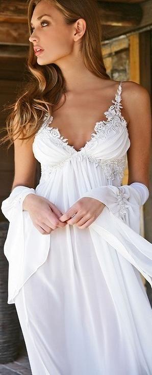 Para la novia libre y elegante este vestido tipo camisón de dormir, le queda estupendo.