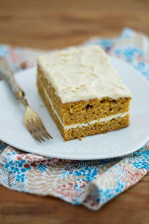 La classica torta di carote glassata, quasi all'americana, con la crema al burro al posto del formaggio come copertura e ripieno