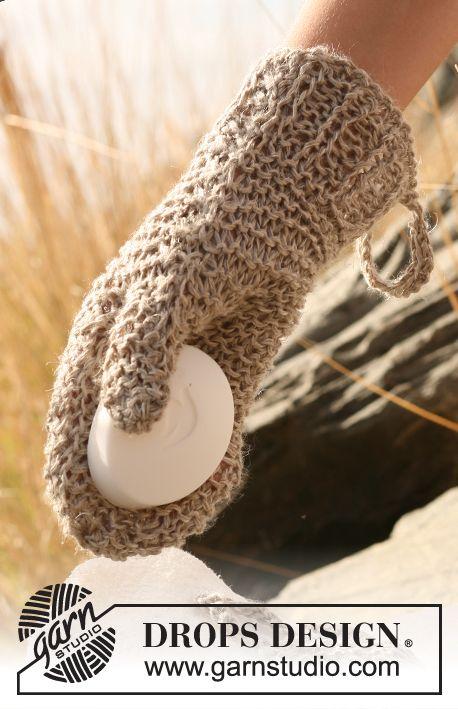 Ensemble : lavette et gant de toilette DROPS au point mousse et corbeille au crochet, tricotés avec 2 fils Lin ou Belle. Modèle gratuit de DROPS Design.