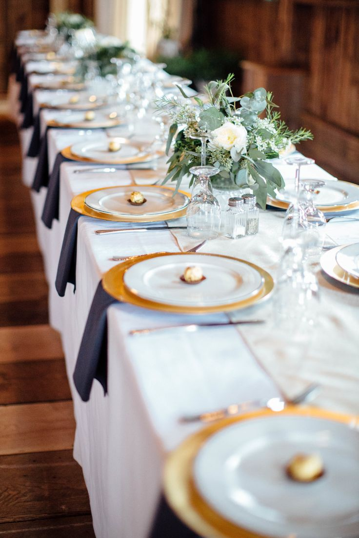 Navy blue, gold, and white make for a beautiful tablescape at a fresh wedding