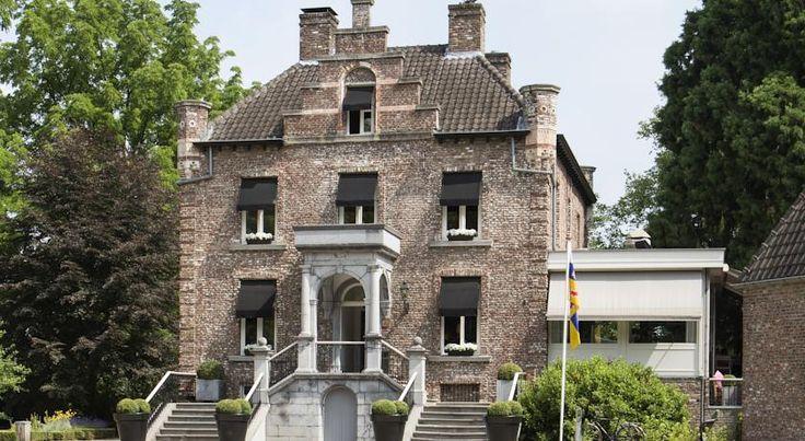 Verscholen in het groen van het Roermondse stadspark ligt het kleinste kasteeltje van Nederland; kasteeltje Hattem. In de voormalige koetshuizen van dit kasteel zijn 8 comfortabele hotelsuites gecreëerd. #origineelovernachten #reizen #origineel #overnachten #slapen #vakantie #opreis #travel #uniek #bijzonder #slapen #hotel #bedandbreakfast #kasteel #nederland #roermond