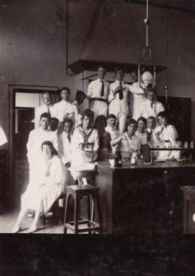Kelas Kimia di HBS Bandoeng (Sekarang sma 5 Bandung) cc 1923-1925
