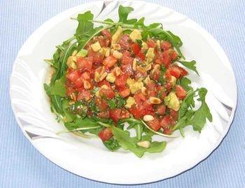 Tomaten-Avocado-Salat, Rucola durch Löwenzahnblätter ersetzen