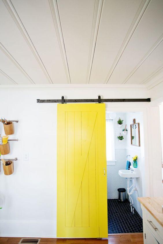 Recyclage et récup' d'une porte de grange pour la salle de bains  http://www.homelisty.com/idees-originales-salle-de-bains/