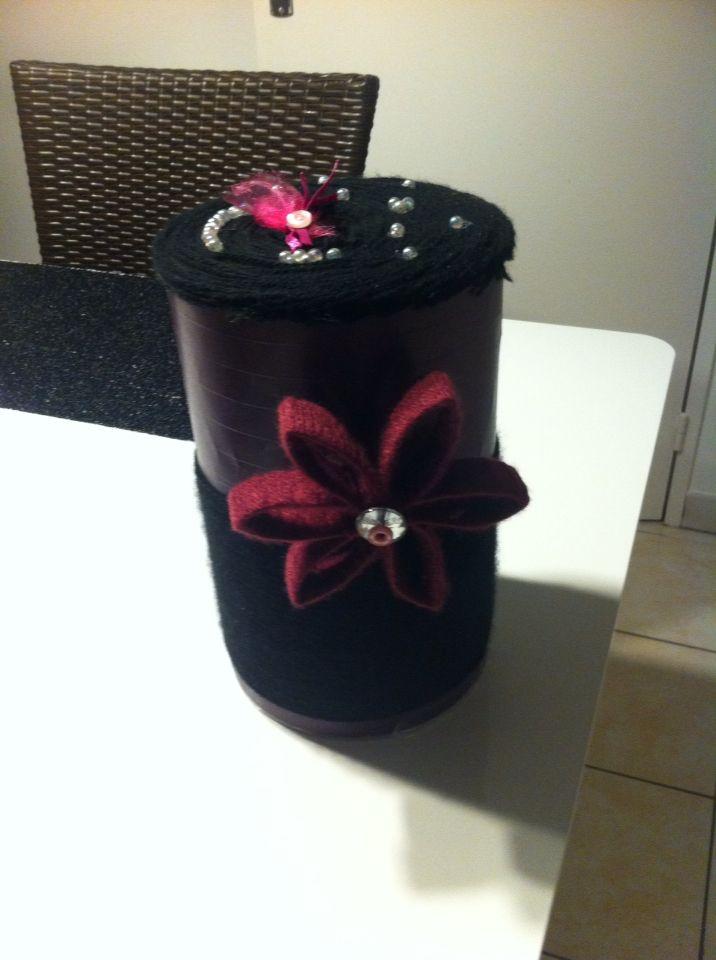 Tirelire unique (boîte à sucette, laine, boutons, perles, cartons)