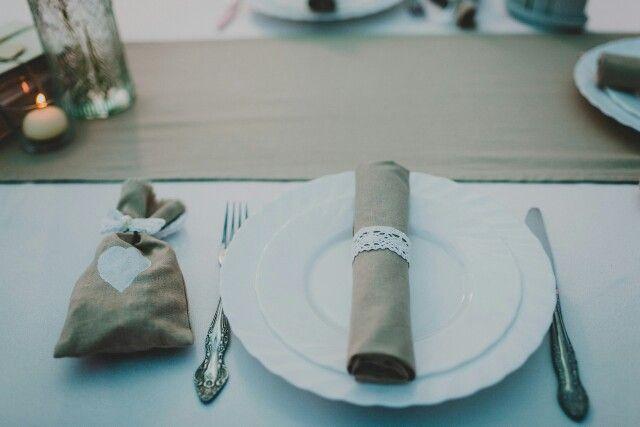 Сшитые вручную льняные салфетки и мешочки для конфет гостям сделают праздник особенно душевным