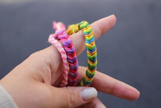 Le bracelet Queue-de-poisson :) Pour apprendre comment en faire : http://www.stripesandsequins.com/2012/06/diy-fishtail-braid-friendship-bracelets.html