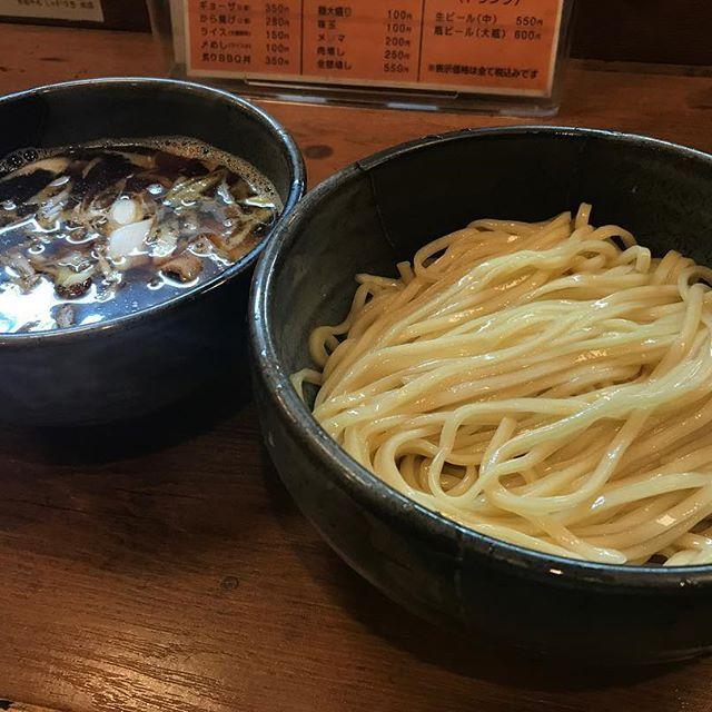 こんにちは🌩 先日、インスタで知り合ったシマちゃんと初の#カフェ巡り してきました😋🍴 まず初めは#ラーメン から🍜✨ * * ⚫︎#つけそば(#和風煮干し) 830円 @#京都千丸しゃかりき 以前から行きたかったところに漸く行けました😆🌟 #麺 は#平打ちストレート でぷりっぷり、喉越し良くて美味しい😳💗💗 スープは#あつあつ で火傷しそうな器の中には、ねぎやメンマ、薄切りの#チャーシュー がたっぷり🤗 あっさりながらも#煮干 が抜群にきいたスープと#平打ち麺 が相性抜群で美味しかったです☺️💕 * * 無事にBBQは終わりましたが、そのタイミングで雷雨でちょいと、いや、かなり 怖いですね〜😨 #lunch #kyoto #ramen #noodle #yummy #お昼ごはん #ランチ #しゃかりき #京都 #二条 #つけ麺 #肉 #豚 #美味しい #かずなラーメン