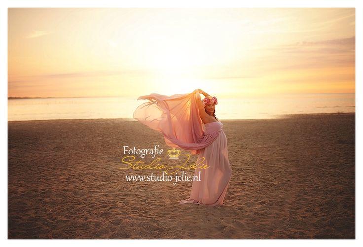 fotoshoot zwanger in jurk, mooie jurken, zwangerschapsfotoshoot strand, strandfotoshoot. Zwanger
