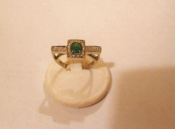 Anello in oro bianco 18kt con pavé di diamanti e smeraldo. White gold 18kt ring with diamonds pavé and emerald.     #jewelry #jewellery #anello #ring #diamond #pearl #handmade #handmadejewelry #gioielli #gioielliartigianali #fattoamano #gold #diamondpave #sapphire #sapphires #oro #orobianco #whitegold #珠宝 #钻石 #豪华 #redgold #ororosso #yellowgold #orogiallo